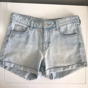 H & M// light washed jean shorts